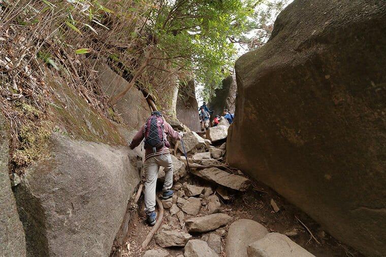 筑波山登山道の険しい岩場
