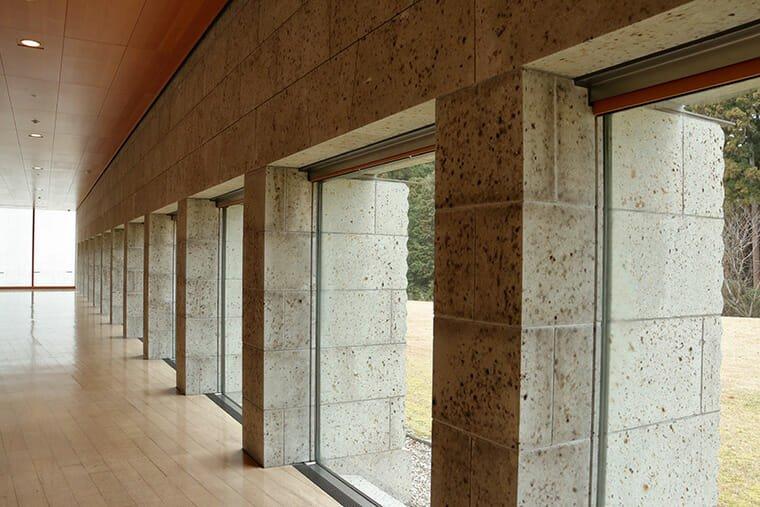 宇都宮美術館の通路の大谷石