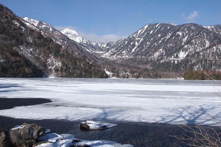 凍りつく湯の湖