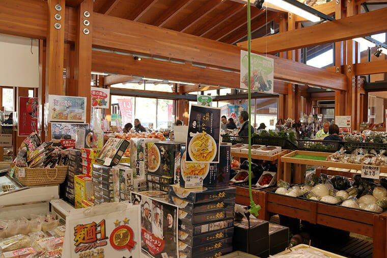 道の駅みかも 新鮮野菜直売所・物産館の館内