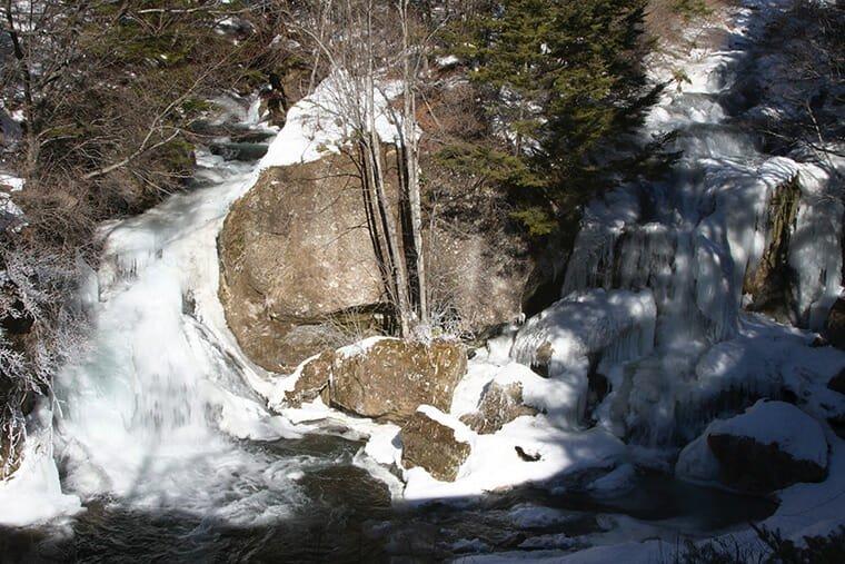 凍りつく竜頭ノ滝