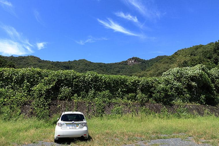 駐車場から大小山を望む