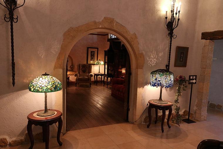 リチャード・リーのランプとアンティーク家具