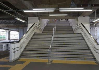 小山駅 8番ホームへの階段