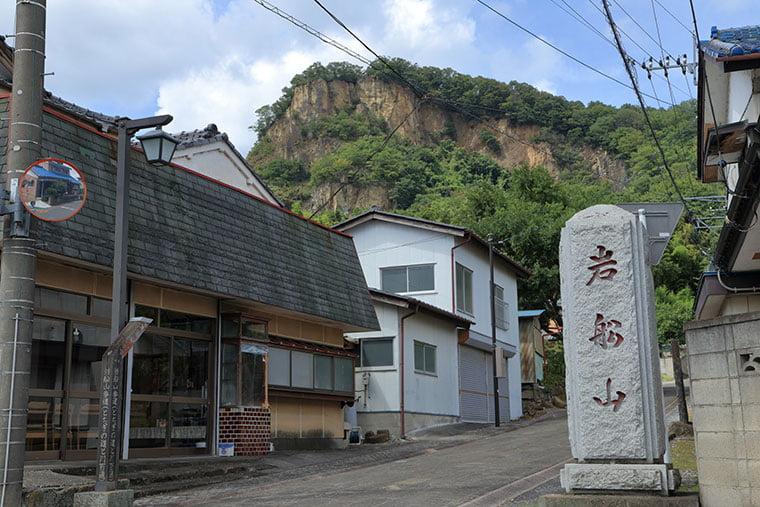 岩船山と岩舟の町並み