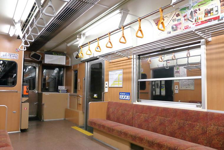 わららせ渓谷鉄道の普通列車の車内