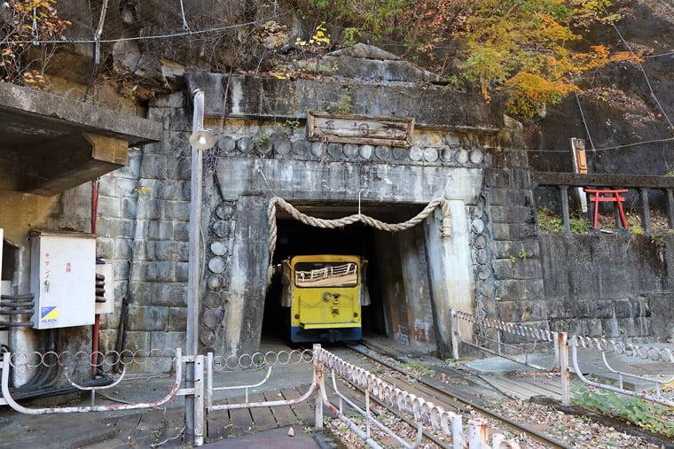 通洞坑の入り口とトロッコ
