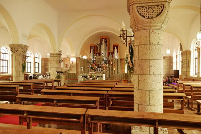 カトリック松が峰教会の聖堂風景