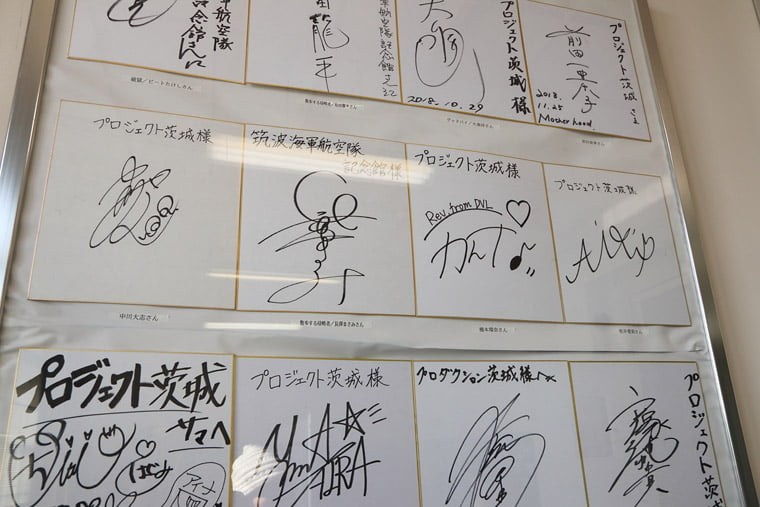 芸能人のサイン色紙展示