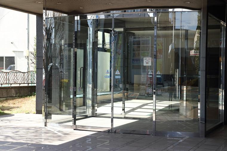 ニューミヤコホテルの玄関