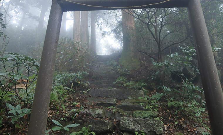 加波山の山頂付近の鳥居