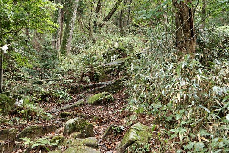 加波山の頂上付近の岩場