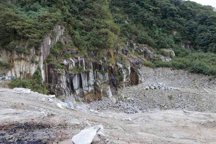 加波山の砕石現場