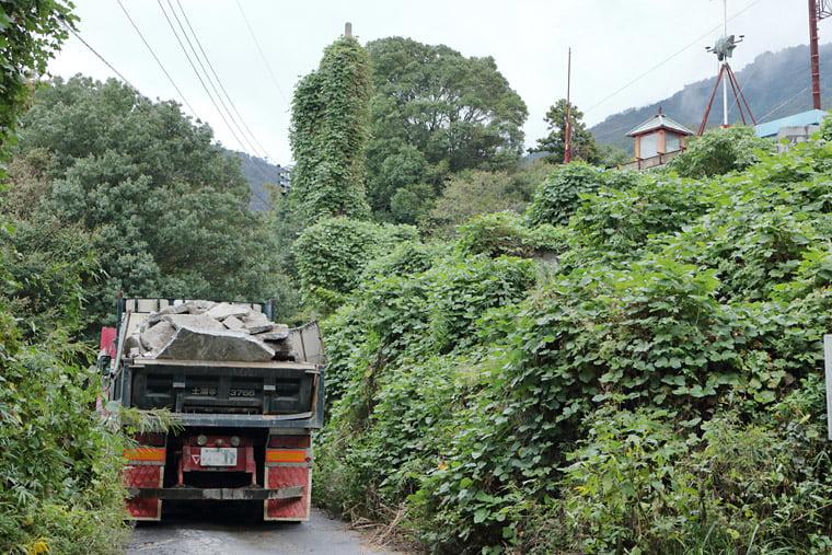 真壁石を運送するダンプカー