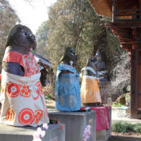 茂林寺の参道の狸像