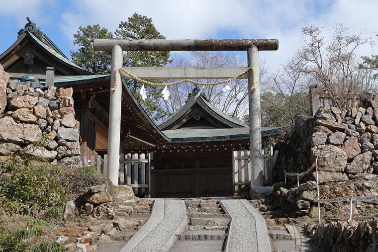 二の丸から唐澤山神社を望む
