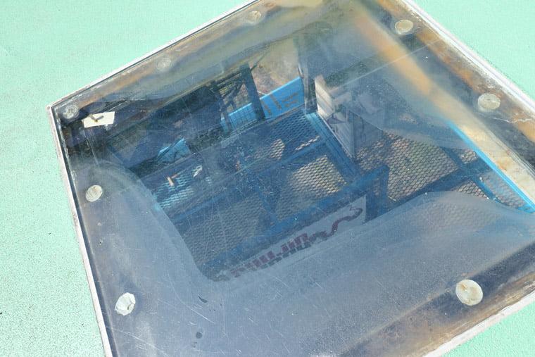 覗き穴から見えるバンジージャンプの設備