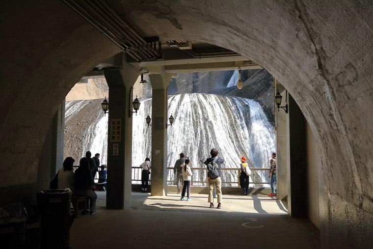 トンネルから見る袋田の滝