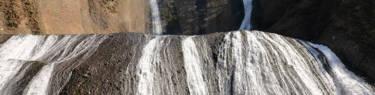 袋田の滝を見上げる