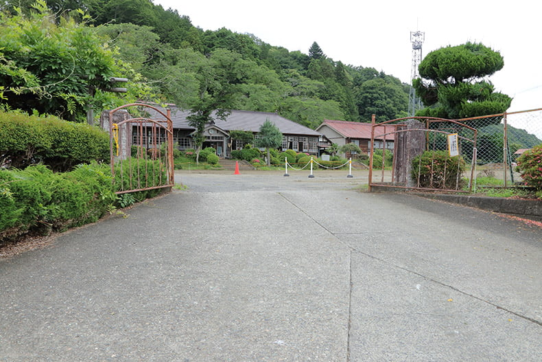 旧上岡小学校の正門からの風景