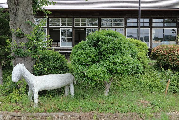 旧上岡小学校の馬のオブジェ