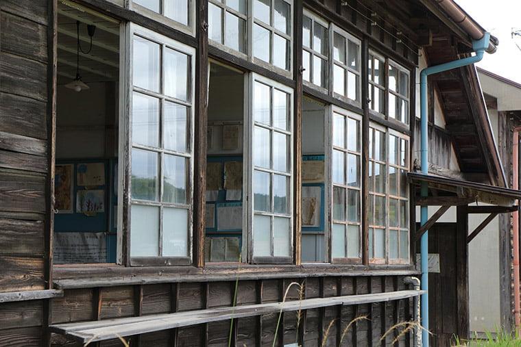 旧上岡小学校の窓ガラス
