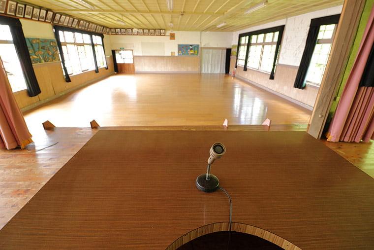 旧上岡小学校の講堂の壇上