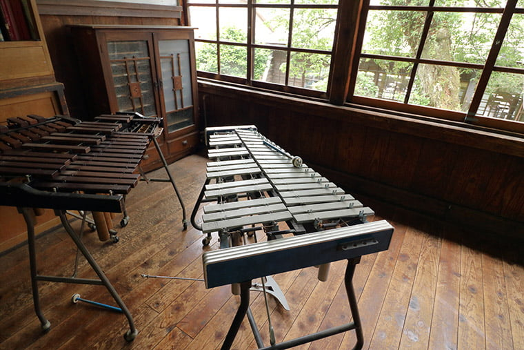 旧上岡小学校の鉄筋と木琴