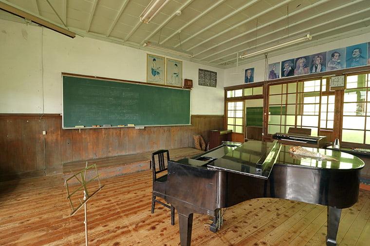 旧上岡小学校の音楽室