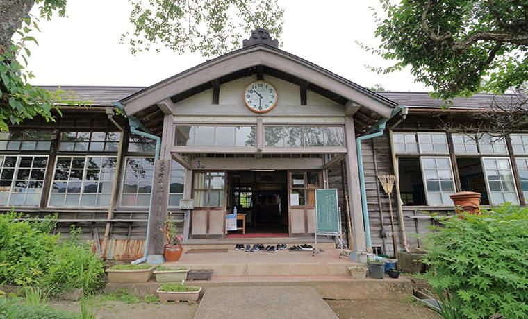 旧上岡小学校の玄関先