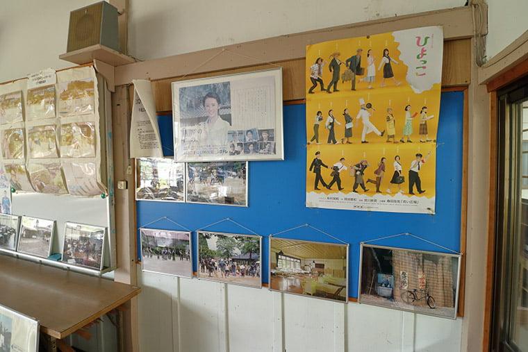旧上岡小学校の教室内
