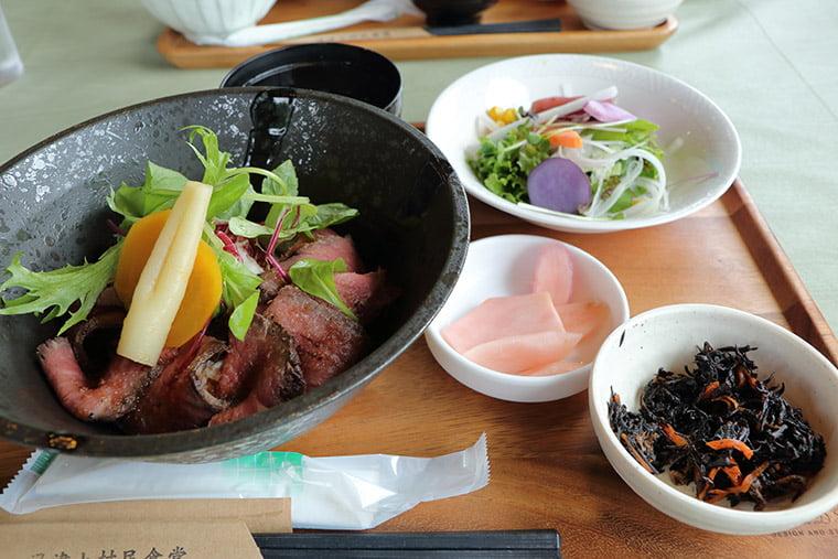 湯津上村民食堂のロースロビーフ丼