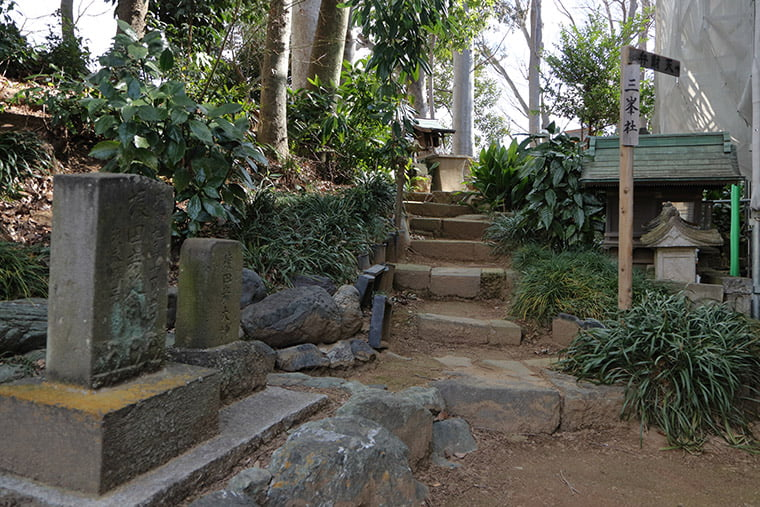 尾曳稲荷神社の境内