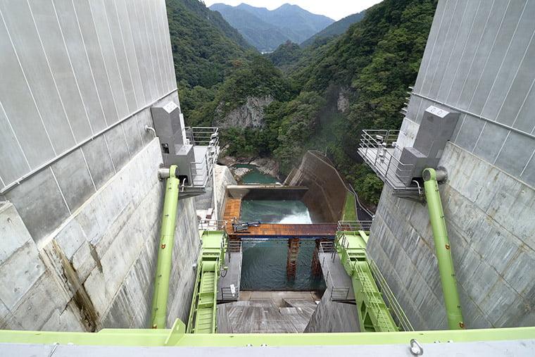 八ッ場ダム堤体から吾妻峡を望む