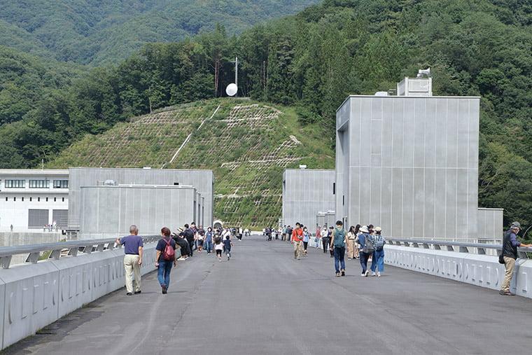 八ッ場ダムのダム堤体上