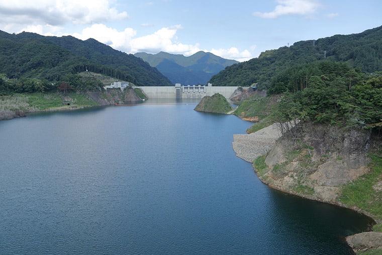 八ッ場大橋からダム本体を望む