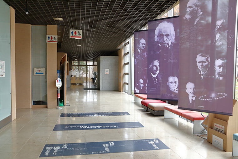 KEKコミュニケーションプラザの廊下