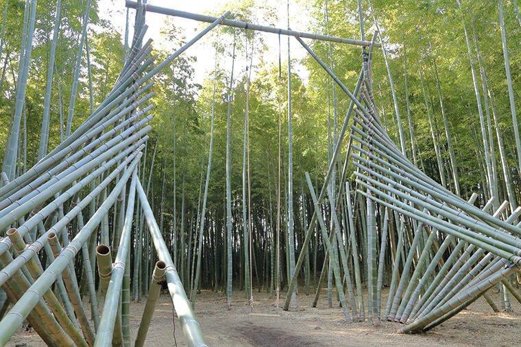 竹製のブランコ
