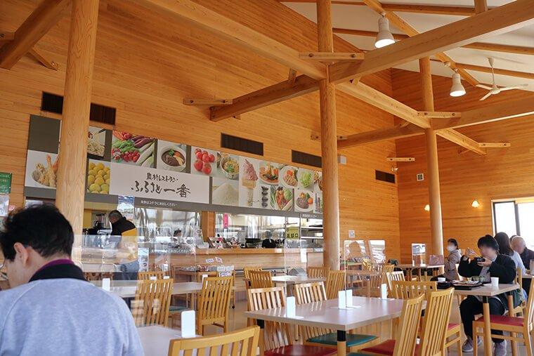 農村レストランの店内風景