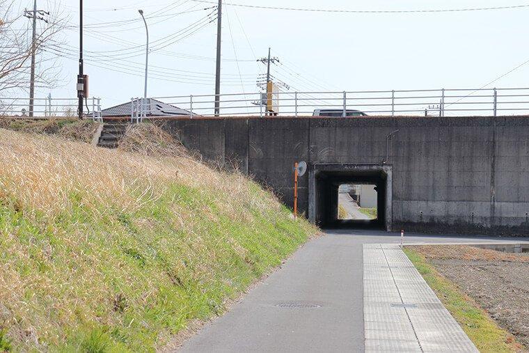 国道293号線を潜る通路