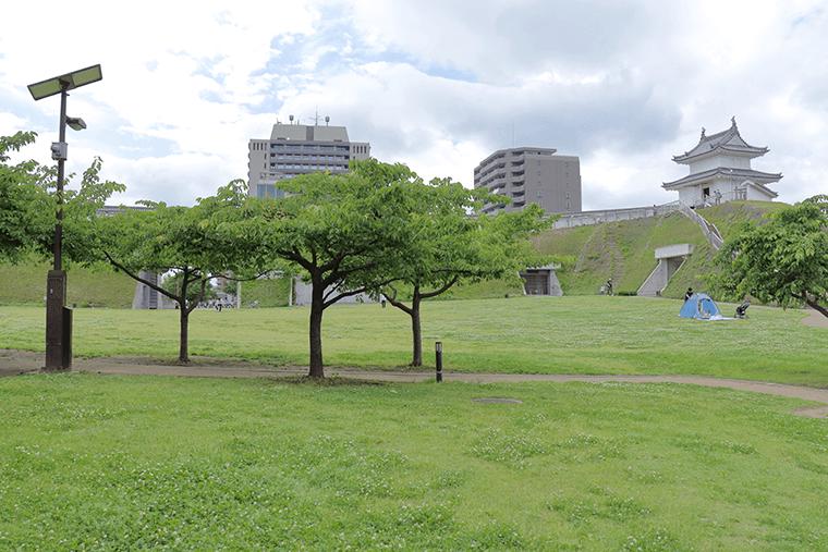 宇都宮城ものしり館の芝生広場