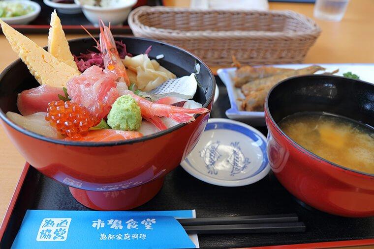 市場食堂の海鮮丼