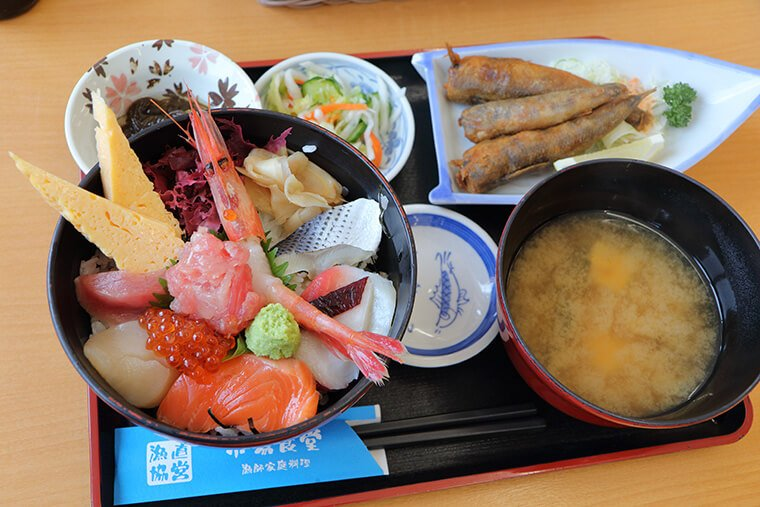 大津漁協直営「市場食堂」の海鮮丼とメヒカリの唐揚げ